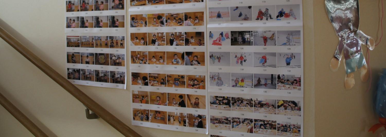 二階に上がる階段の壁いっぱいの写真